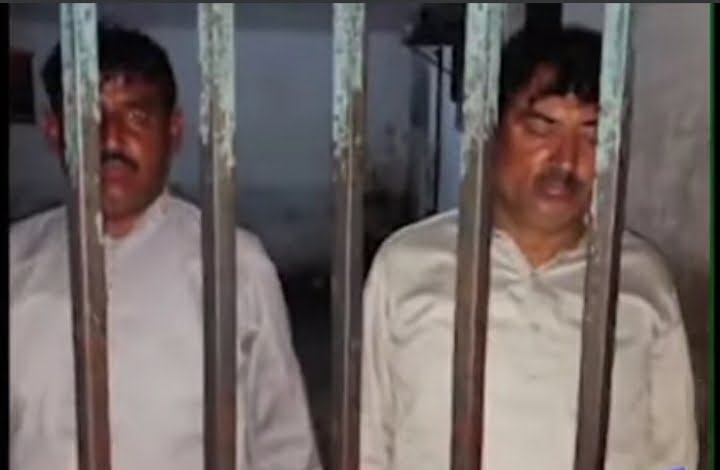 Policemen caught robbing the citizens in Faisalabad, Pakistan